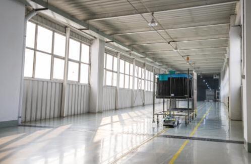 走进海信智能工厂:AGV小车等机器人三年节省超14亿元
