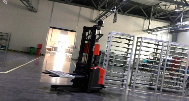 AGV小车是如何优化物流过程的?